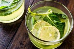 Cocktail vert régénérateur de citron amer avec les feuilles en bon état et la chaux Photographie stock