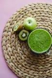 Cocktail vert sain dans une tasse en verre avec les ?pinards, le kiwi et l'Apple vert photo libre de droits