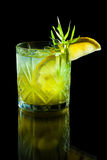 Cocktail vert sur le fond noir Images stock