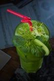 Cocktail vert tropical avec le citron et la menthe fraîche Photo stock