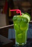 Cocktail vert tropical avec le citron et la menthe fraîche Photos stock