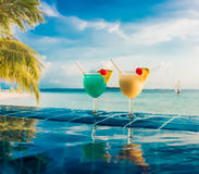 Cocktail vicino alla piscina Fotografia Stock Libera da Diritti