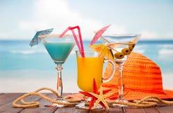 Cocktail, vidro do suco de laranja e álcool com azeitonas, chapéu, st Fotos de Stock