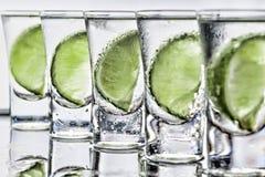 cocktail Vodka, genièvre, tequila avec la chaux photo libre de droits