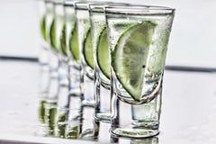 cocktail Vodka, tequila de genièvre avec la chaux photo libre de droits