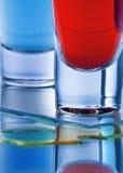 Cocktail zwei in ein Schnapsglas von Blauem und von Rotem Lizenzfreies Stockbild