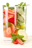 Cocktailansammlung: Erdbeere und klassisches mojito Lizenzfreie Stockfotografie