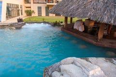 Cocktailbar door de pool, met plaatsen dichtbij het water stock afbeeldingen