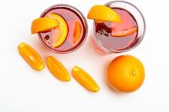 Cocktailconcept Drank of drank met sinaasappel Cocktail of drank met jus d'orange Glazen met oranje drank dichtbij Stock Foto
