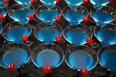 Cocktaildranken met rode kers Stock Foto's