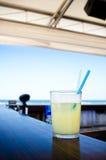 Cocktailgetränk auf dem Strandstab Lizenzfreies Stockbild