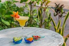 Cocktailgetränk in der gelben Bevorzugung mit Stück der Wassermelone auf die Oberseite Lizenzfreies Stockbild