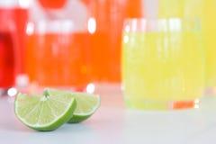 Cocktailgetränke mit Kalk Stockfotos
