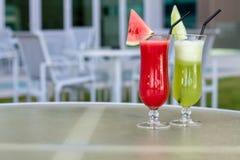 Cocktailgläser mit Hotelansicht Satz klassische Alkoholcocktails Stockfotos