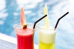 Cocktailgläser mit Hotelansicht Satz klassische Alkoholcocktails Stockfoto