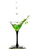 Cocktailglas met plons op witte achtergrond wordt geïsoleerd die Stock Afbeelding