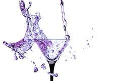 Cocktailglas met plons op witte achtergrond wordt geïsoleerd die Royalty-vrije Stock Afbeeldingen