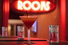 Cocktailglas & Stro met Weelderig Neonlicht stock fotografie