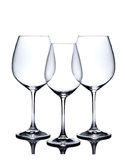 Cocktailglassatz. Leere Rot- und Weißweingläser auf Weiß Stockfoto