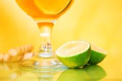 Cocktailglazen met kalk Royalty-vrije Stock Foto's