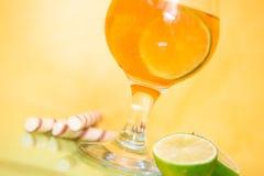 Cocktailglazen met kalk Stock Foto's