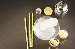 Cocktailingrediënten en Tequila-schoten/cocktailingrediënten en Tequila-schoten op een donkere achtergrond Hoogste Mening en Copy royalty-vrije stock afbeelding