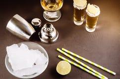 Cocktailingrediënten en Tequila-schoten/cocktailingrediënten en Tequila-schoten op een donkere achtergrond royalty-vrije stock fotografie