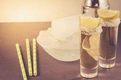Cocktailingrediënten en Tequila-schoten/cocktailingrediënten en Tequila-schoten op een donkere achtergrond Selectieve nadruk en c stock fotografie