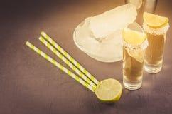 Cocktailingrediënten en Tequila-schoten/cocktailingrediënten en Tequila-schoten op een donkere steenachtergrond Selectieve nadruk royalty-vrije stock foto's