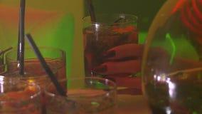 Cocktailmeisje stock videobeelden