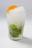 Cocktailmojito voor witte achtergrond stock afbeeldingen