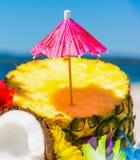 Cocktailparaplu op een halve ananas stock fotografie