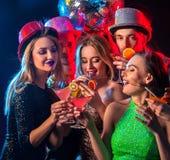 Cocktailparty mit den tanzenden Gruppenleuten und Getränkcocktail Lizenzfreies Stockfoto