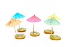 Cocktailregenschirme auf der Kiwi Lizenzfreie Stockfotografie