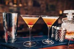 cocktails alcooliques frais sur le compteur de barre Fermez-vous des détails de barre avec des boissons et des boissons photographie stock