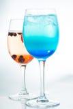 Cocktails alcooliques lumineux sur le fond blanc photo libre de droits