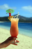 Cocktails auf dem Strand in den Tropen lizenzfreie stockfotos