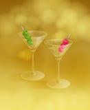 Cocktails avec des olives et des cerises Image stock
