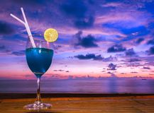 Cocktails bei Sonnenuntergang mit buntem Himmelhintergrund Stockfotografie