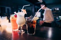 Cocktails bij de bar met een vage achtergrond royalty-vrije stock foto's