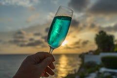 Cocktails bleus aux vues du Curaçao de coucher du soleil Image libre de droits