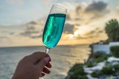 Cocktails bleus aux vues du Curaçao de coucher du soleil Images libres de droits