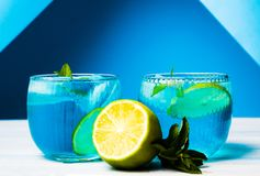 Cocktails bleus décorés du citron Photo libre de droits
