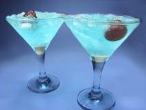 Cocktails bleus du Curaçao de liqueur d'alcool avec la cerise Photographie stock libre de droits