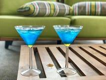 Cocktails bleus sur la table basse Images libres de droits