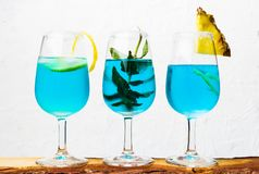 Cocktails bleus sur le fond blanc Image stock