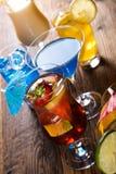 Cocktails, boissons d'alcool avec des fruits Photographie stock libre de droits