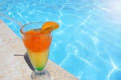 Cocktails colorés près de la piscine Photographie stock libre de droits