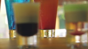 Cocktails colorés sur la barre un foyer différent clips vidéos