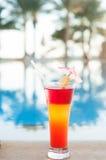 Cocktails colorés sur un fond de l'eau Images stock